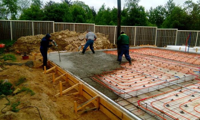 Фото 16. Заливка бетона в опалубку при устройстве плитного фундамента с утеплением.jpg