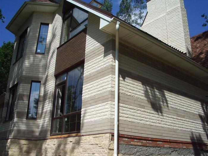 5. В этом фасаде задействованы материалы 3-х цветов – белого с фактурной поверхностью, светло-серого и коричневого.jpg