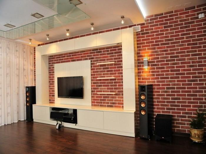 Акцентная стена в гостиной, выполненная под баварскую кладку