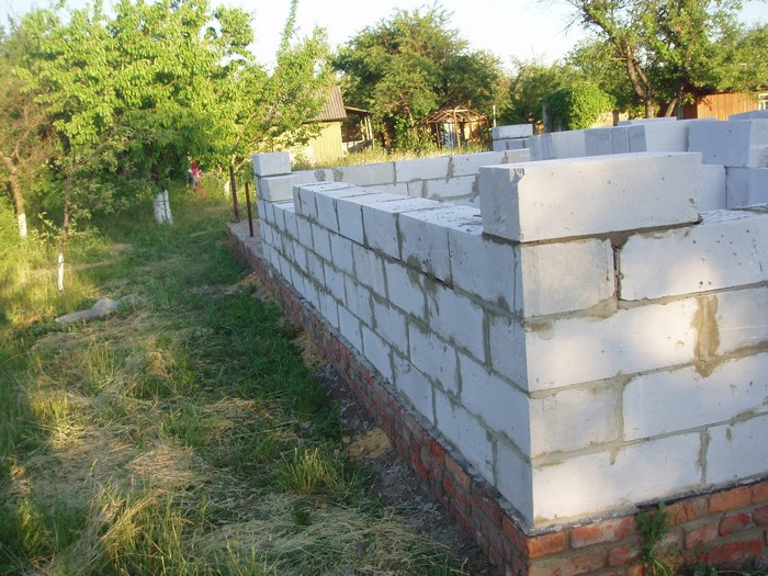 Пример выложенной стены из газоблока на кирпичном цоколе