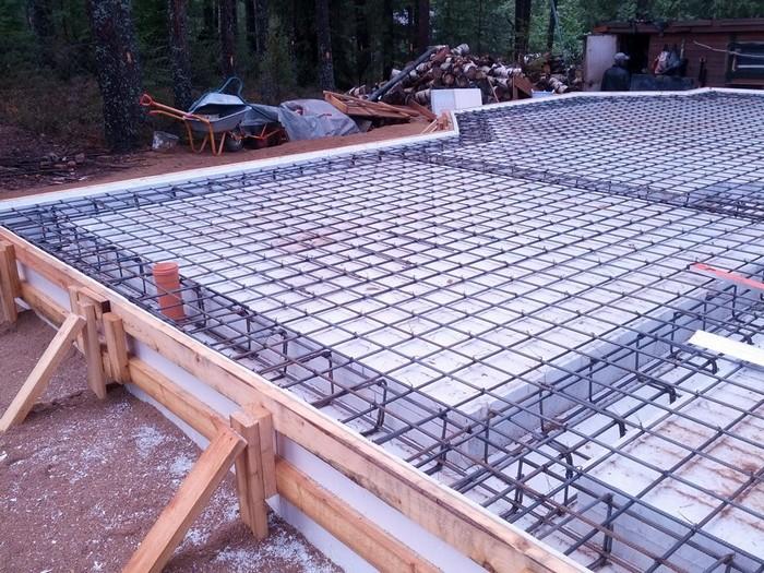Фото 15. Готовая к заливке бетона опалубка для плитного фундамента с утеплением.jpg