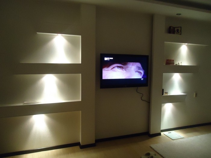 песчаника полочки в стене с подсветкой фото чем работает