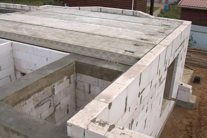 Укладка плит перекрытия на газобетонные блоки.jpg